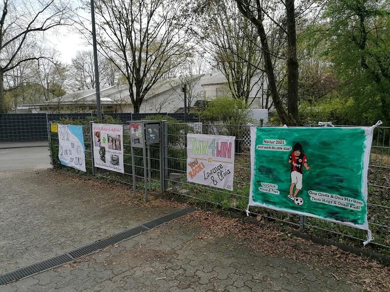 Mtumachplakate vor Gymnasium