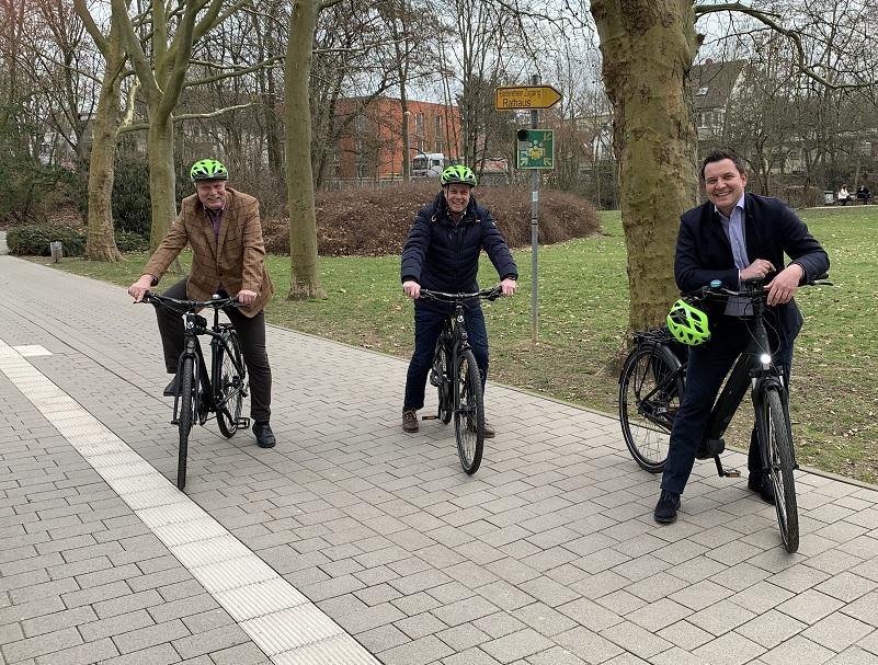 Hofheims Politiker fahren Rad.
