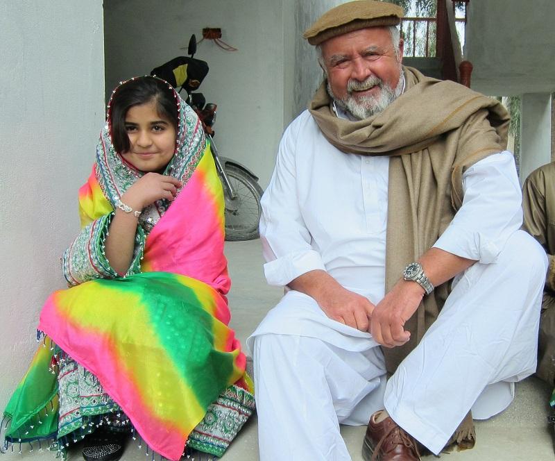 Dr. Erös mit eine, afghanischen Schulmädchen.