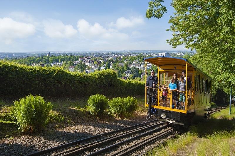 Mit der Nerobergbahn hinauf auf Wiesbadens Hausberg