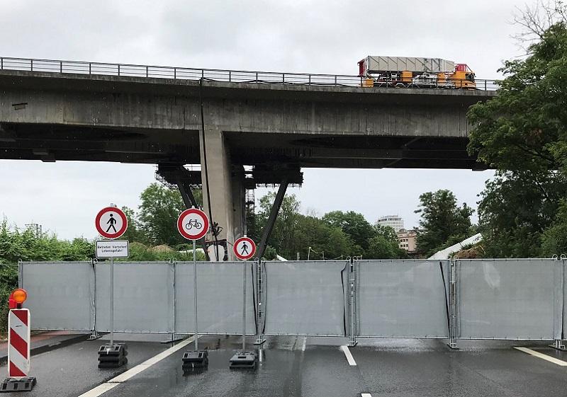 Bis auf weiteres voll gesperrt - die Salzbachtalbrücke auf der A66, vor Wiesbaden