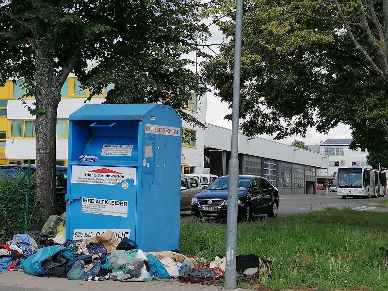 Dreck leigt rund um den Altkleidercontainer in der Hessenstraße in Wallau.