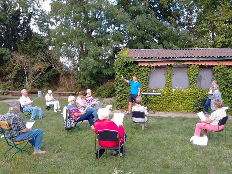 Sicher draußen singen, bei der Chorprobe in Wallau.