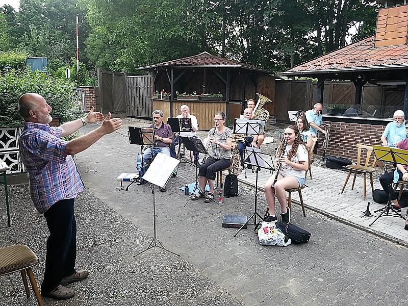 Die Proben des Musikzuges im Wallauer Kleingartenverein.