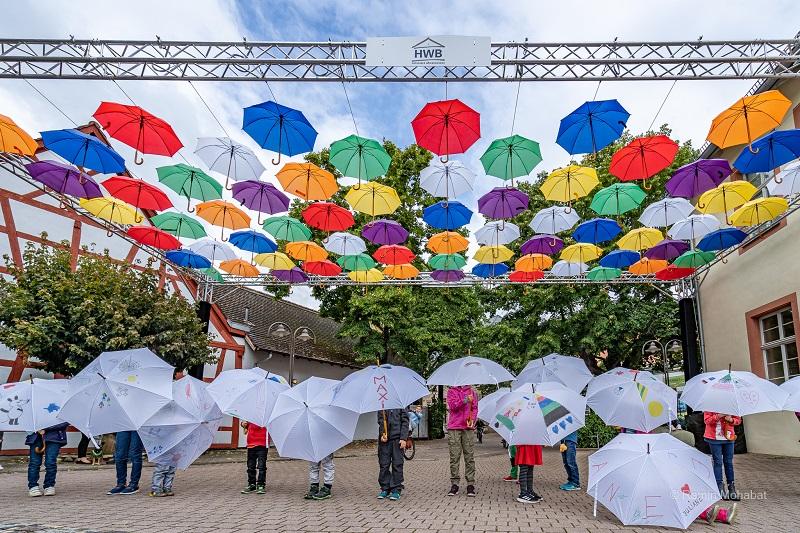 Bunte Schirme über der Umbrella-Road in Hofheim